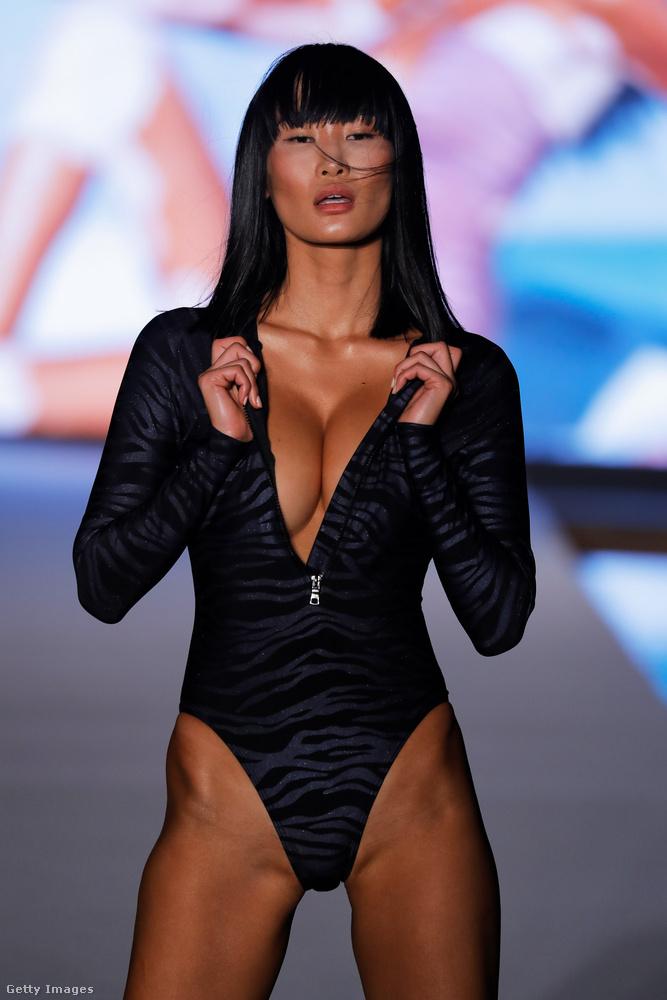 Az utolsó két modellt a Sports Illustrated divatbemutatójáról választottuk, ő például a dögös ázsiai nő sztereotípiáját személyesíti meg éppen egy olyan fürdőruhában, ami valamiért hosszúujjú.