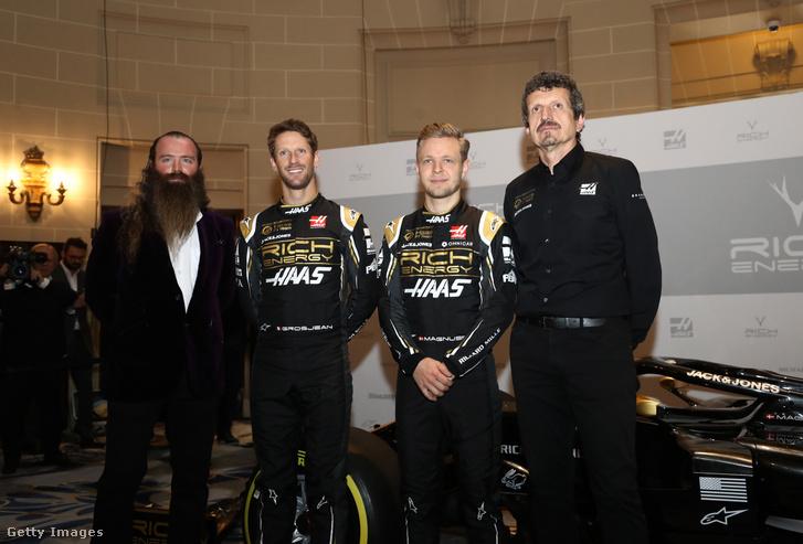 William Storey, a Rich Energy igazgatója, Romain Grosjean és Kevin Magnussen pilóták a Haas autóbemutatóján