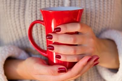 hideg-vegtagok-kezek-tea-kave