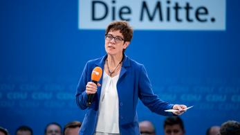 A berlini hatalmi játszmában végül Merkel utódjelöltje lett a védelmi miniszter