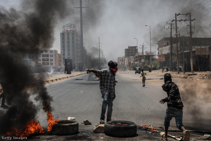 Szudáni tüntetők gumit égetnek és barikádot építenek a 2019. június 3-án zajló tüntetésen Kartúmban.