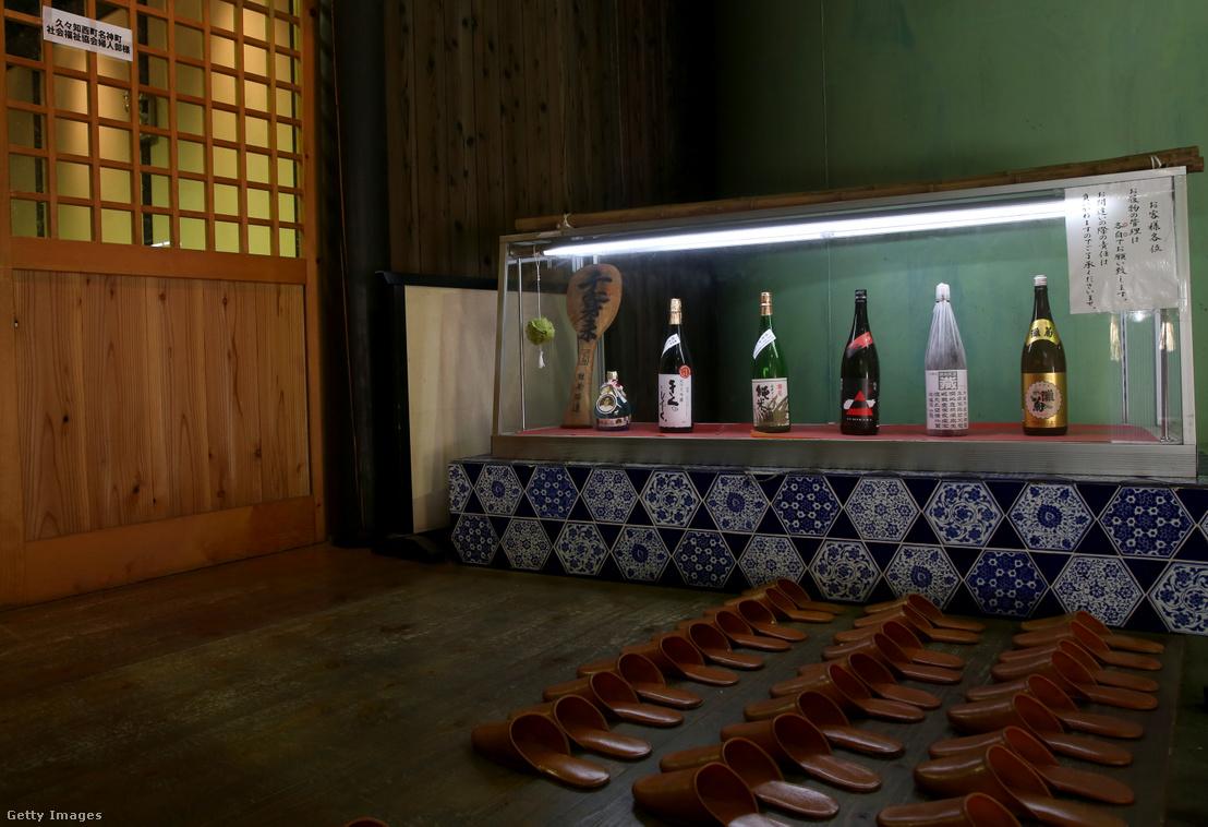 Szaké palackok a japán Nadimiku-Shozo éttermében