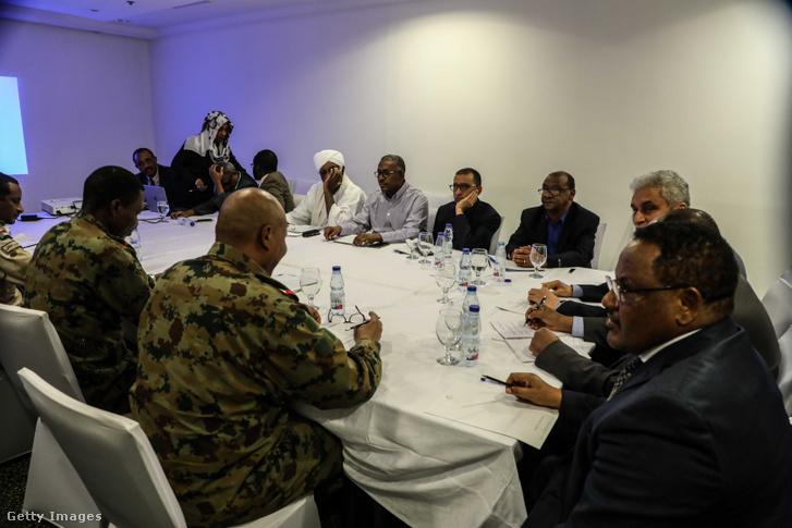 A szudáni ellenzék és a hadsereg képviselői aláírják a hatalom megosztásáról szóló megállapodásukat 2019. július 17-én.