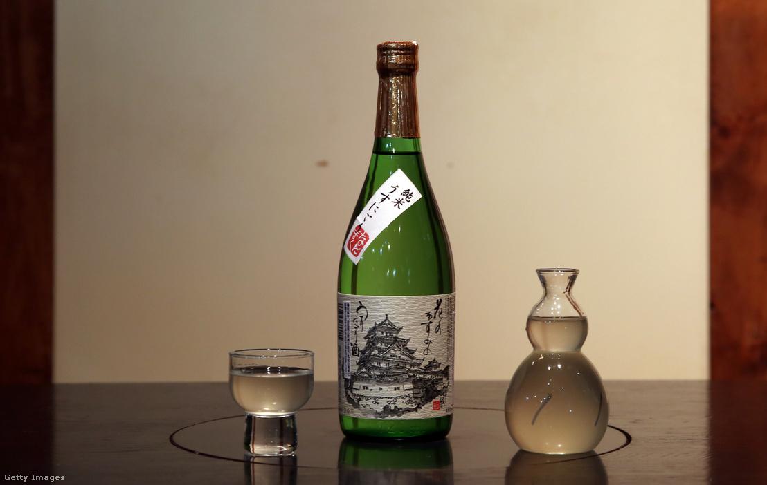 Egy palack japán szaké, aminek a neve Hana no Kazumi no Utsunigori