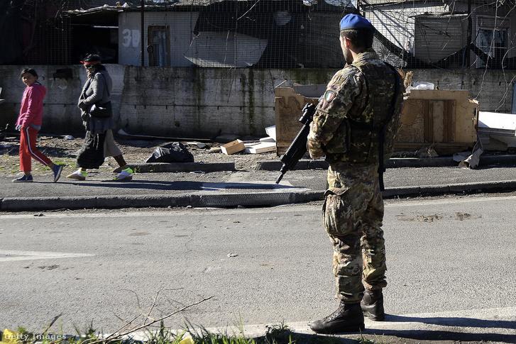 Roma tábor Via Salviatiban, ahova katonai és rendőrségi erőket vezényeltek ki rehabilitációs és biztonsági okokból 2019. március 12-én.