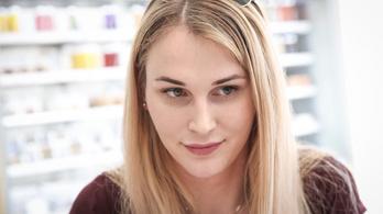 Kapaszkodjon mindenki a legközelebbi feszületbe, mert jön egy transznemű