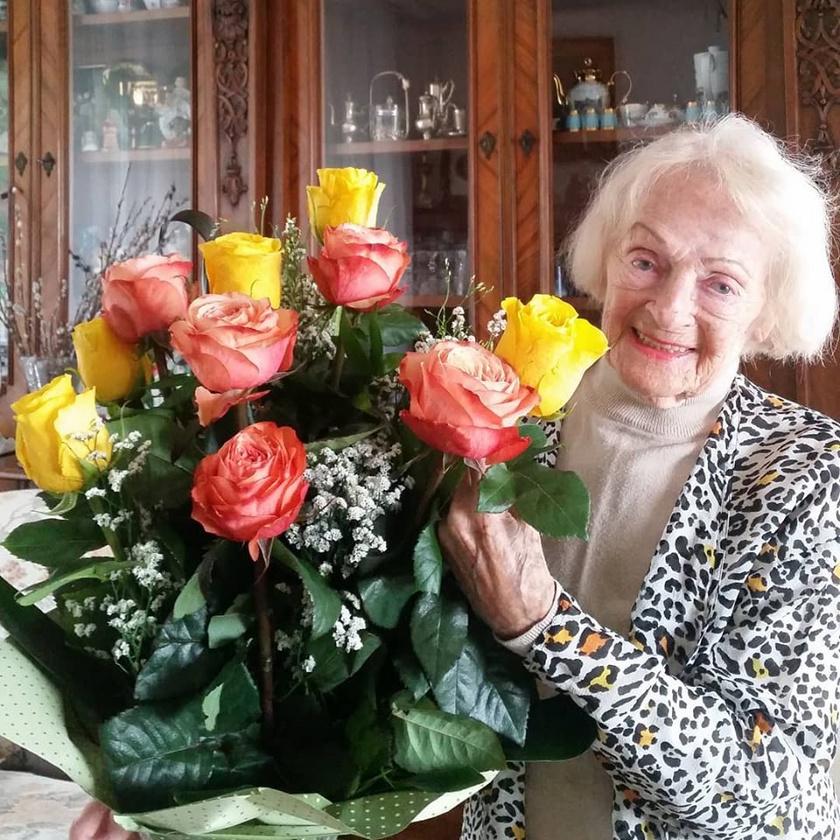 Rátonyi Róbert özvegyét a 92. születésnapján is egy hatalmas rózsacsokorral köszöntötte lánya, Rátonyi Hajni.