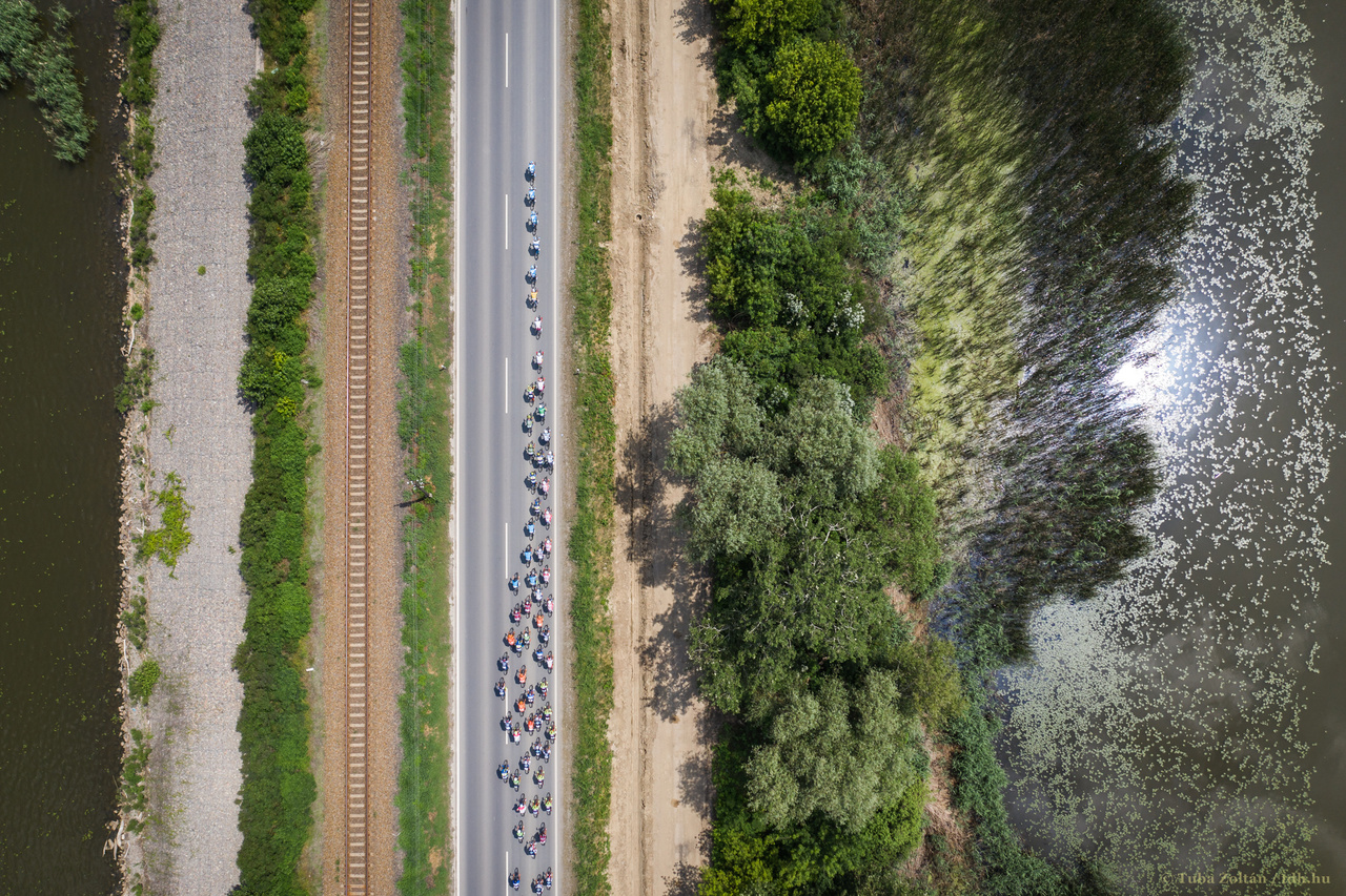 A 33-as út Tisza-tavi hídján követi a mezőny a szökést. Balra a Tiszavalki-medence, jobbra a Poroszlói-medence. Vonat sajnos épp nem járt arra, azzal lett volna tökéletes a kép.