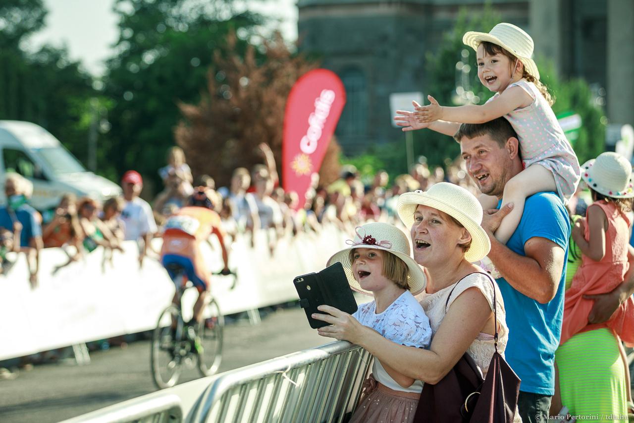 Az esztergomi Bazilika emelkedőjén fergeteges szurkolótábor lelkesíti az utolsó méterek leküzdésere a Pilisben megfáradt versenyzőket.