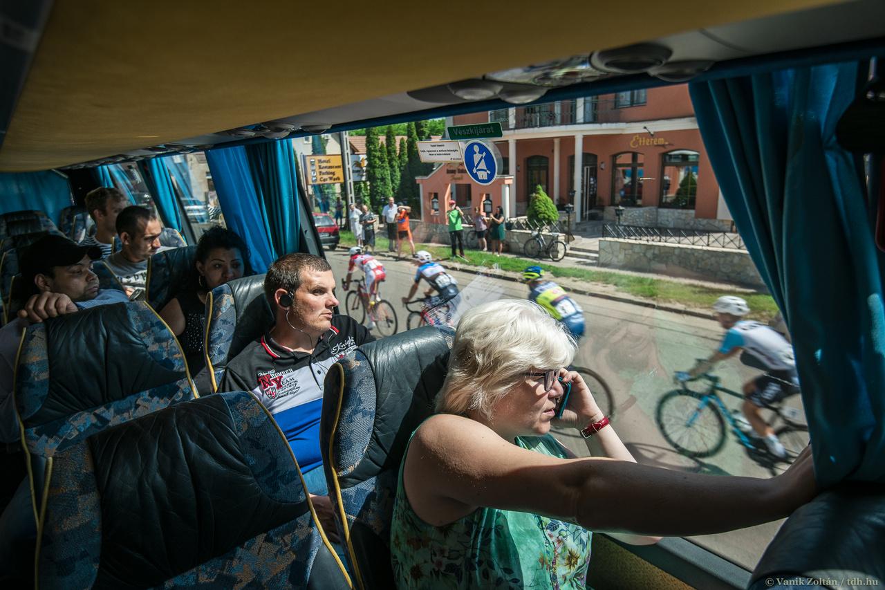 A verseny alatt próbálok az esemény mellett történő dolgokra is figyelni, egy egy érdekességet összekomponálni a kerékpárosokkal. Kollégáimnak köszönhetően nem kell mindig a legérdekesebbnek tűnő helyszínekre koncentrálni, így néha fel tudok szállni egy a mezőny érkezése miatt félreállított buszra is.