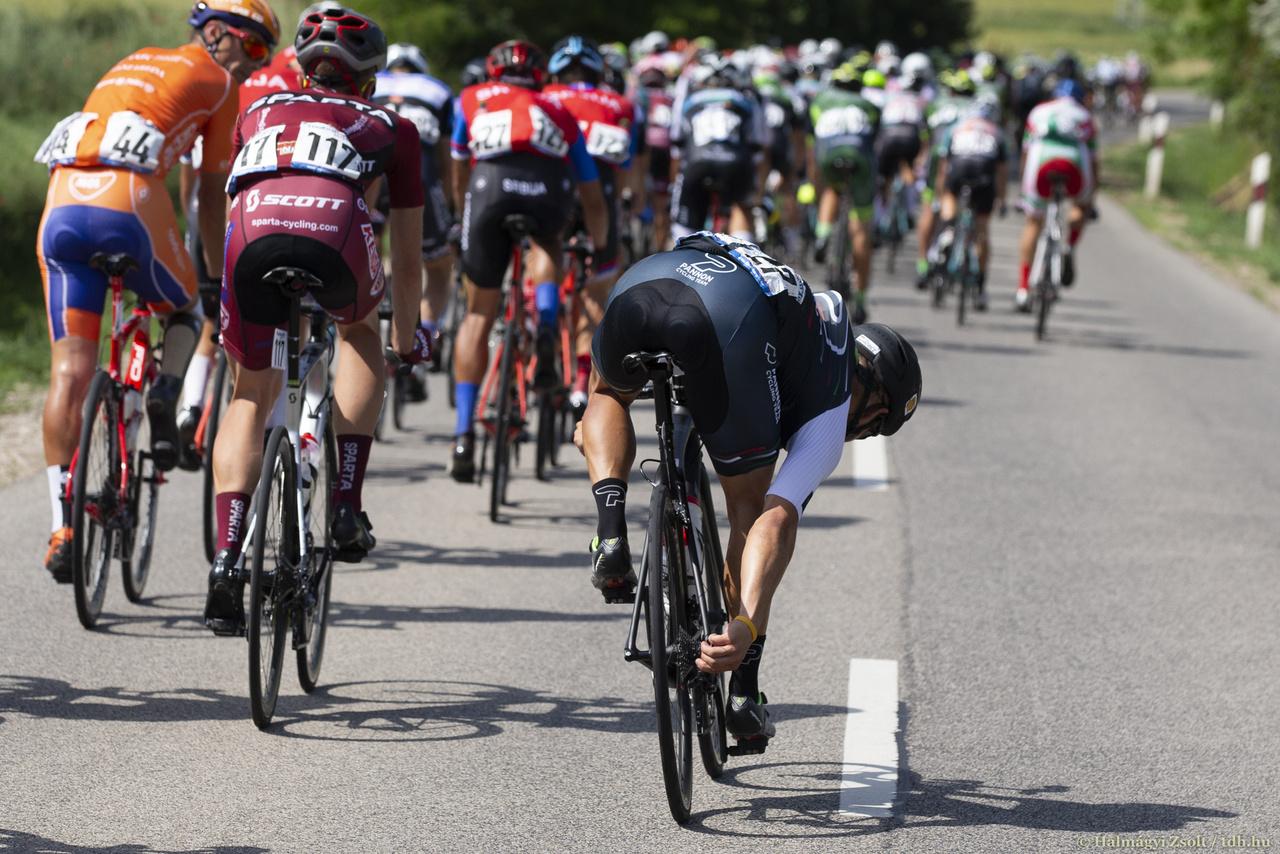 Móricz Dániel (Pannon Cycling) irigylésre méltó hajlékonysággal, könnyed mozdulattal nyúl hátra megigazítani a váltót.