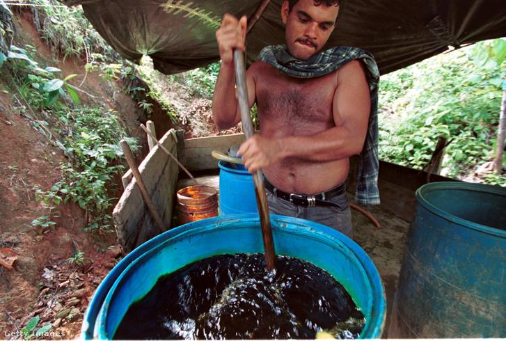 Kolumbiai munkás kokainbázist készít, ami kokainlevél, cement, benzin, kénsav és víz elegye, amit később elválasztanak a benzintől