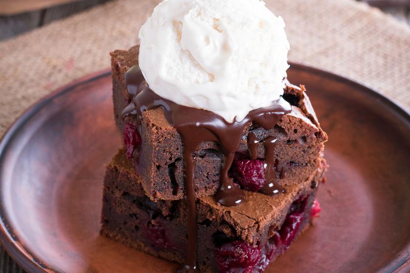 30 perces csokis, meggyes brownie, ami szétolvad a szádban