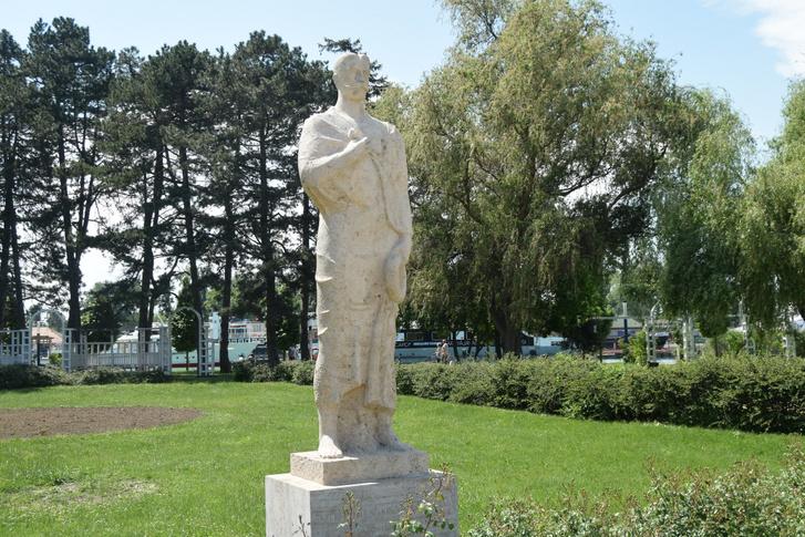 A siófoki hajóállomás mellett áll Székelyhidi Szekrényesi Kálmán szobra