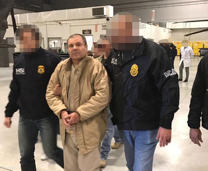 """A mexikói belügyi biztonsági szolgálat tagjai Joaquín """"El Chapo"""" Guzmán megbilincselt mexikói drogbárót New Yorkba szállítják 2016. január 20-án, miután az amerikai határ mellett fekvő Ciudad Juárez börtönében előző nap átadták az amerikai hatóságoknak."""