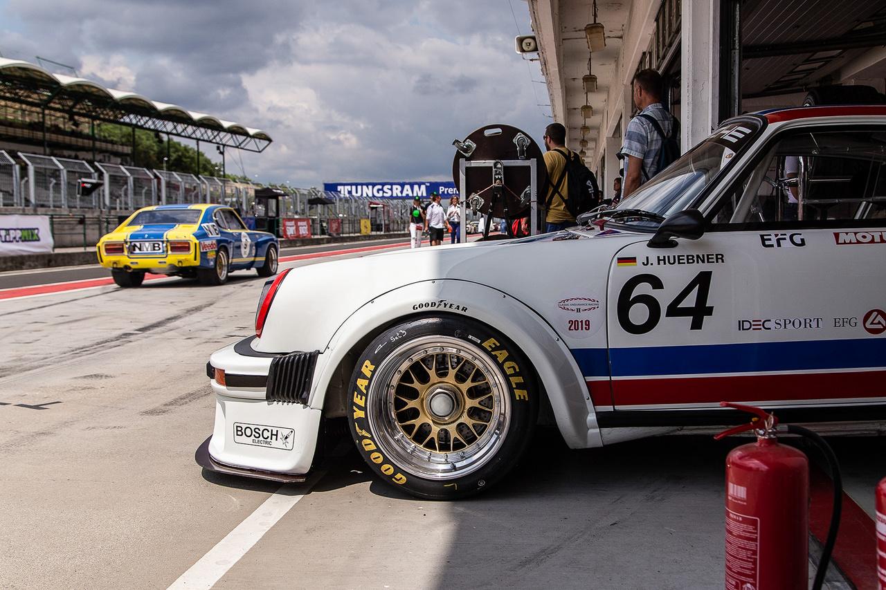 A velem egyidős 76-os Porsche 936 GT2 kidugta a klasszikus orrát a boxból, ellenőrizni a folyton változó időjárási körülményeket. Így mégiscsak könnyebb eldönteni, milyen alkalomhoz illő gumikat húzzon fel.