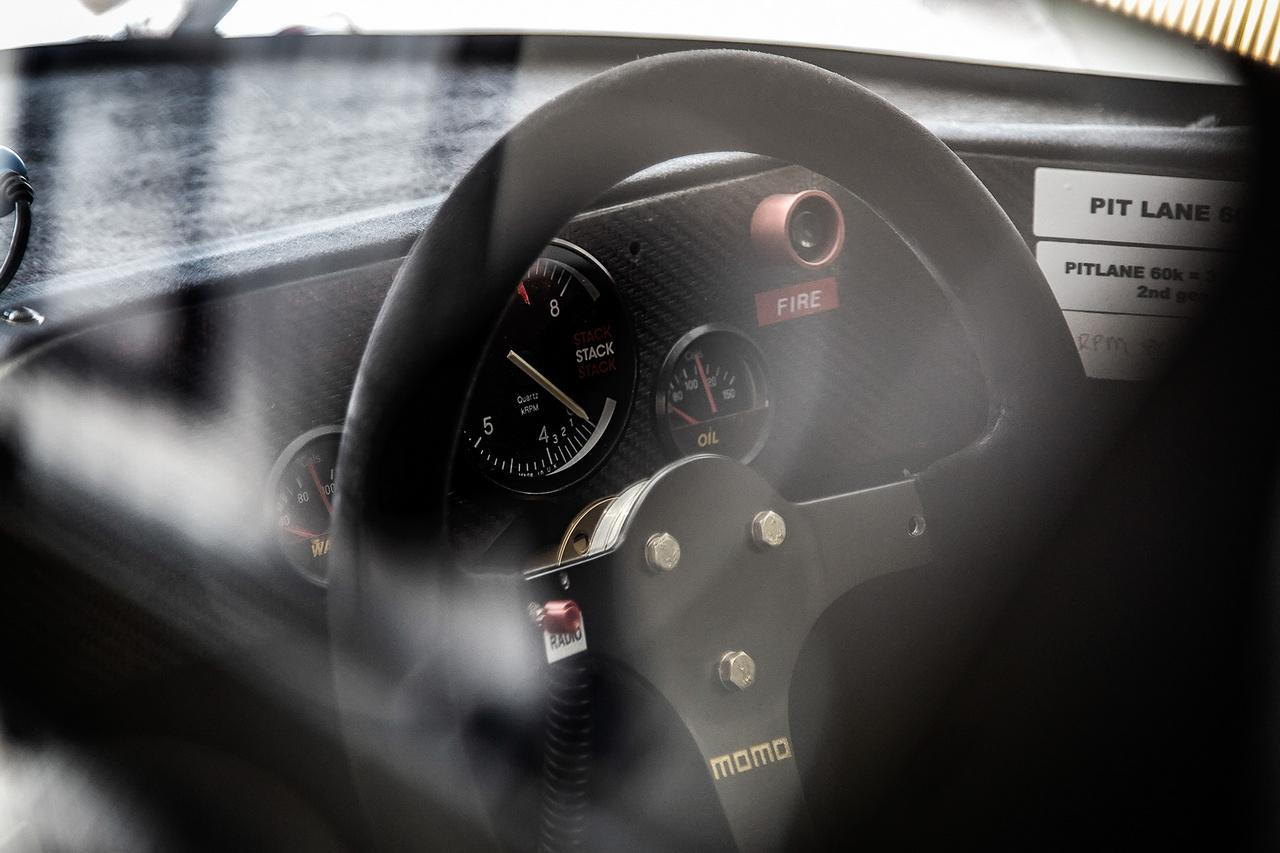 Group C cockpit intim félhomályban.