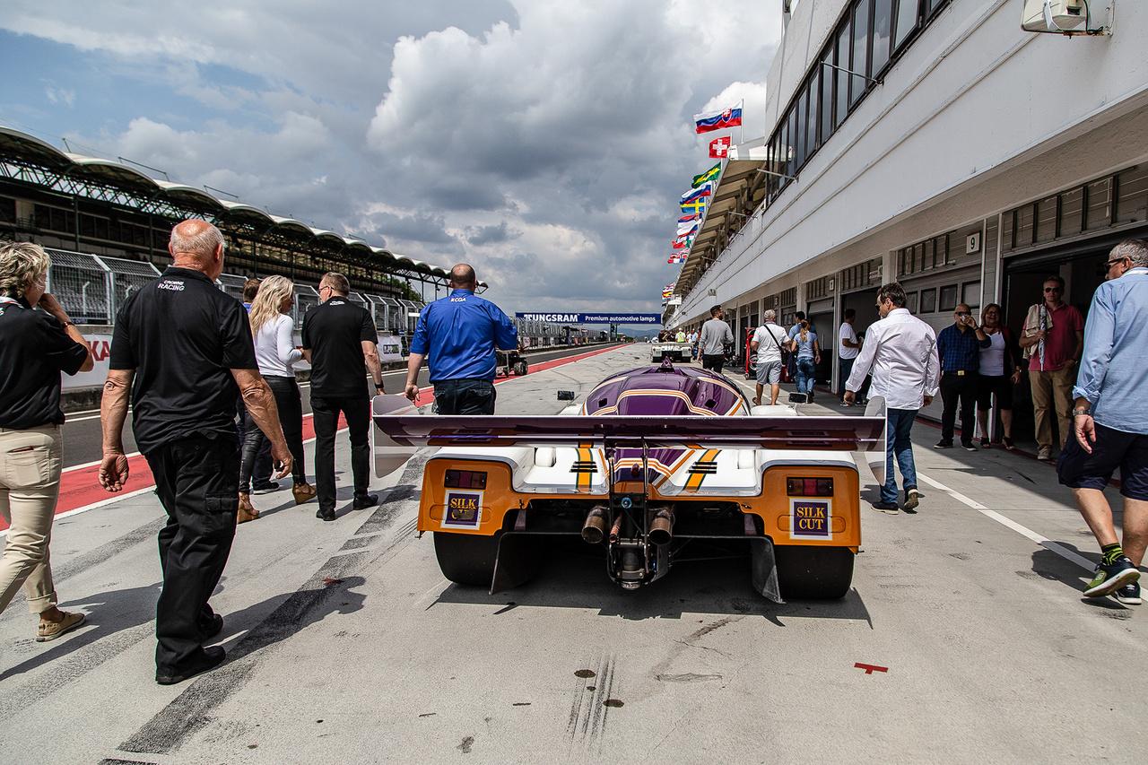 7 liter ide, 720 lóerő oda, gyűlnek a fellegek a Le Mans menő Silk Cut Jaguar XJR8 feje felett. Egyikük végül be sem fejezte a futamot, ahogy 1987-ben is technikai problémák sújtották mindhárom autót a 24 órás versenyen.