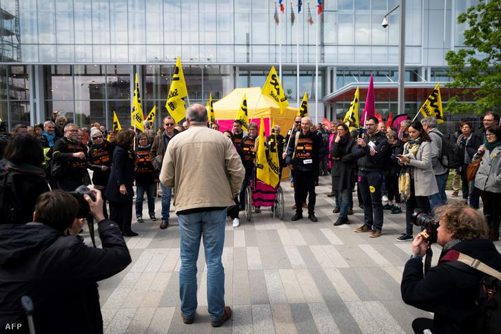 Szakszervezeti képviselők 2019. május 6-án Párizs bírósága előtt