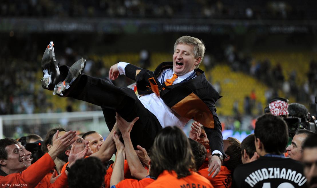 A 2009-es UEFA-kupa-döntőn a német Werder Bremen ellen győzedelmeskedő Sahtar Doneck csapata a tulajdonos, Rinat Ahmetov levegőbe dobásával ünnepel.