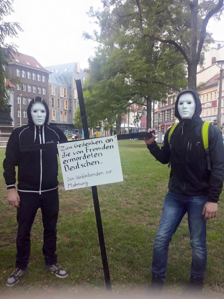 """""""Az idegenek által megölt németek emlékezetére"""" Feketekeresztes akció 2015-ből. Forrás: NPD Thüringen"""