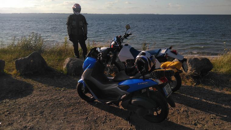 Ezen a képen Gróf Miki kollégánk és barátunk, aki egy Nmax 155 nyergében leugrott a Balti-tengerhez