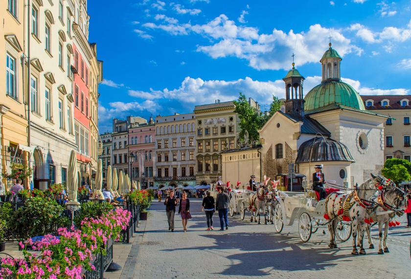 Nyáron és télen is indul lengyel körút a Volánnál, melynek állomásai Zakopane, Krakkó és Wieliczka. A történelmi városok és a sóbányák megtekintése után 3 csillagos szálloda biztosított 2 éjszakára reggelivel, az alap-részvételidíj 45 900 forint, erre jönnek a belépők és más kiadások.