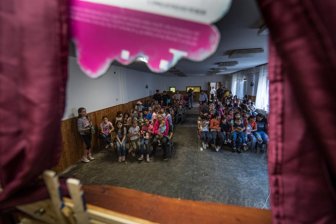 """A problémák összetettségét látva már nem lepett meg, amikor Román Katalin felidézte: """"2000-2001 óta tartunk hittantáborokat. Akkoriban csak baráti társaságok gyerekeinek szerveztük, de nagyon hamar láttuk, mennyire szükség van egy ilyen közegre a falu nehéz sorsú lakóinak is. Mostanra már évi 90-130 gyereket táboroztatunk 3-18 éves korig."""""""