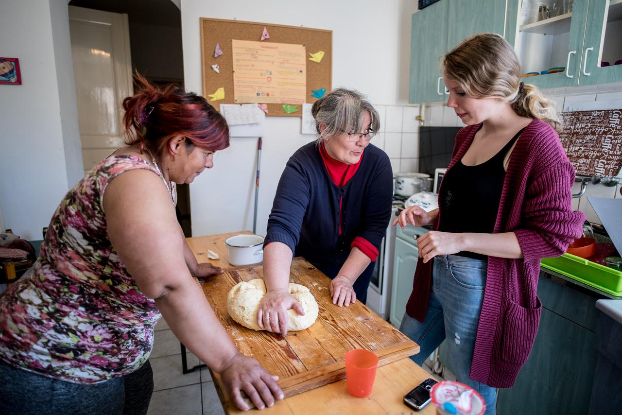 Egy pillanatra megnyugodtam, hogy már tudom, mi a témánk: a kerecsendi gyerekház a falu szegény, főleg roma családból származó gyerekei számára. De befejezni sem tudtam a mondatot a jegyzetfüzetemben, a vezető már arról beszélt, hogy tanítják az anyukákat főzni.