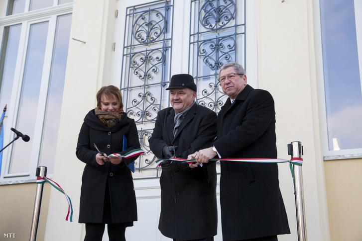 Hende Csaba (k) Szombathely fideszes országgyűlési képviselője és Puskás Tivadar (j) polgármester átvágja a nemzetiszínű szalagot a szombathelyi Savaria Múzeum felújított homlokzata és parkja átadásán 2017. január 9-én.