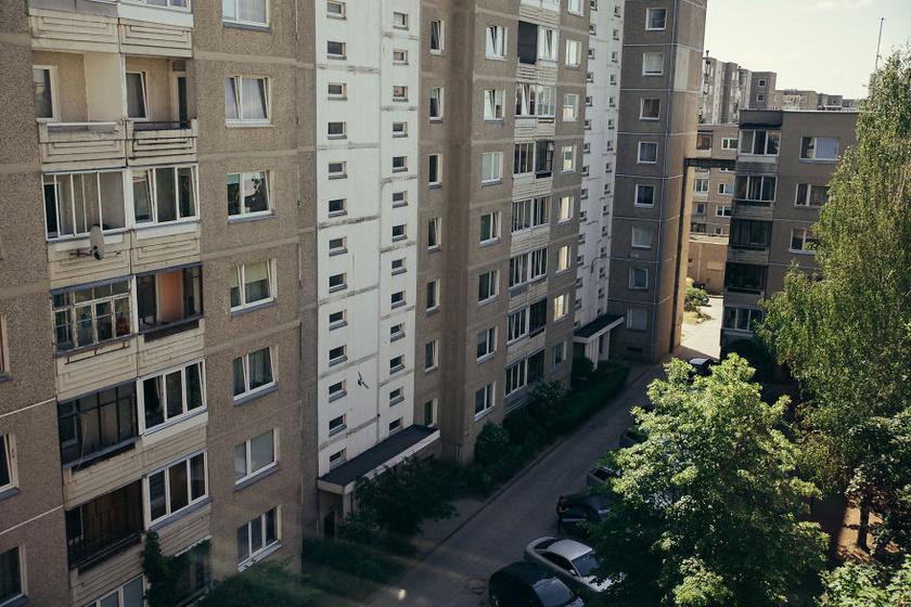 A lakótelepi lakás összkomfortos, mert még wifi is van, mégis minden részletében korhű.
