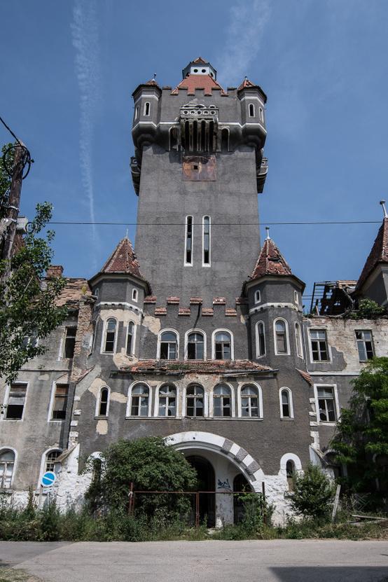 A kastélyszerű épület legnagyobb problémája, hogy sosem volt kastély, így bár műemléknek számít, uniós támogatás nem igényelhető a felújítására.