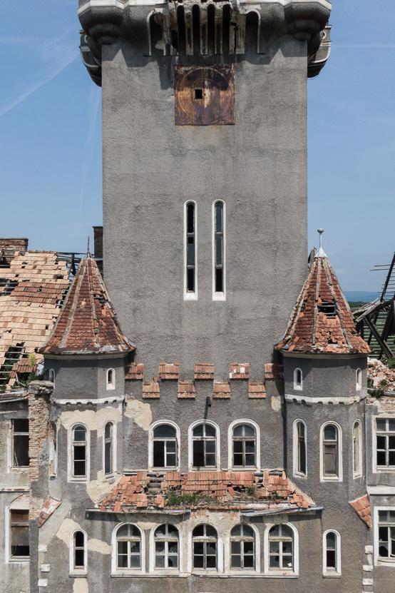 A több mint kétezer katonának és ezer lónak otthont adó laktanya Kondor Márton és Feledi József tervei szerint, historizáló stílusban épült.