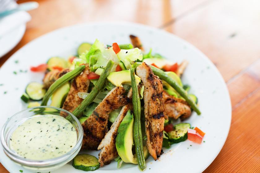 Friss, roppanós zöldbabsaláta sült csirkével: laktató, mégsem hizlal