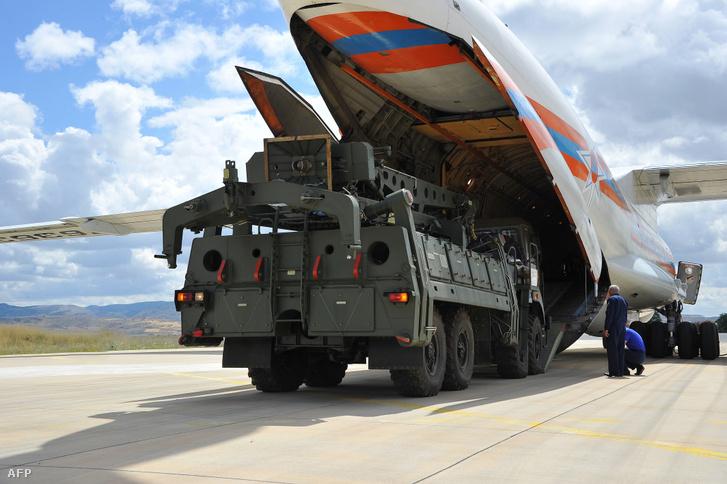"""Egy orosz katonai repülőgép, mely S-400 rakétavédelmi rendszert szállított Oroszországból. Ankara légibázisra történő szállítása után Washington figyelmeztetett arra, ha Törökország megvásárolja a védelmi rendszert """"valódi és negatív"""" következményekkel fog járni. A NATO, amely Törökország egyik tagja, többször figyelmeztette Törökországot, hogy az orosz rendszer összeegyeztethetetlen más NATO fegyverrendszerekkel, nem utolsósorban az F-35 új generációs többfunkciós lopakodó vadászgéppel."""