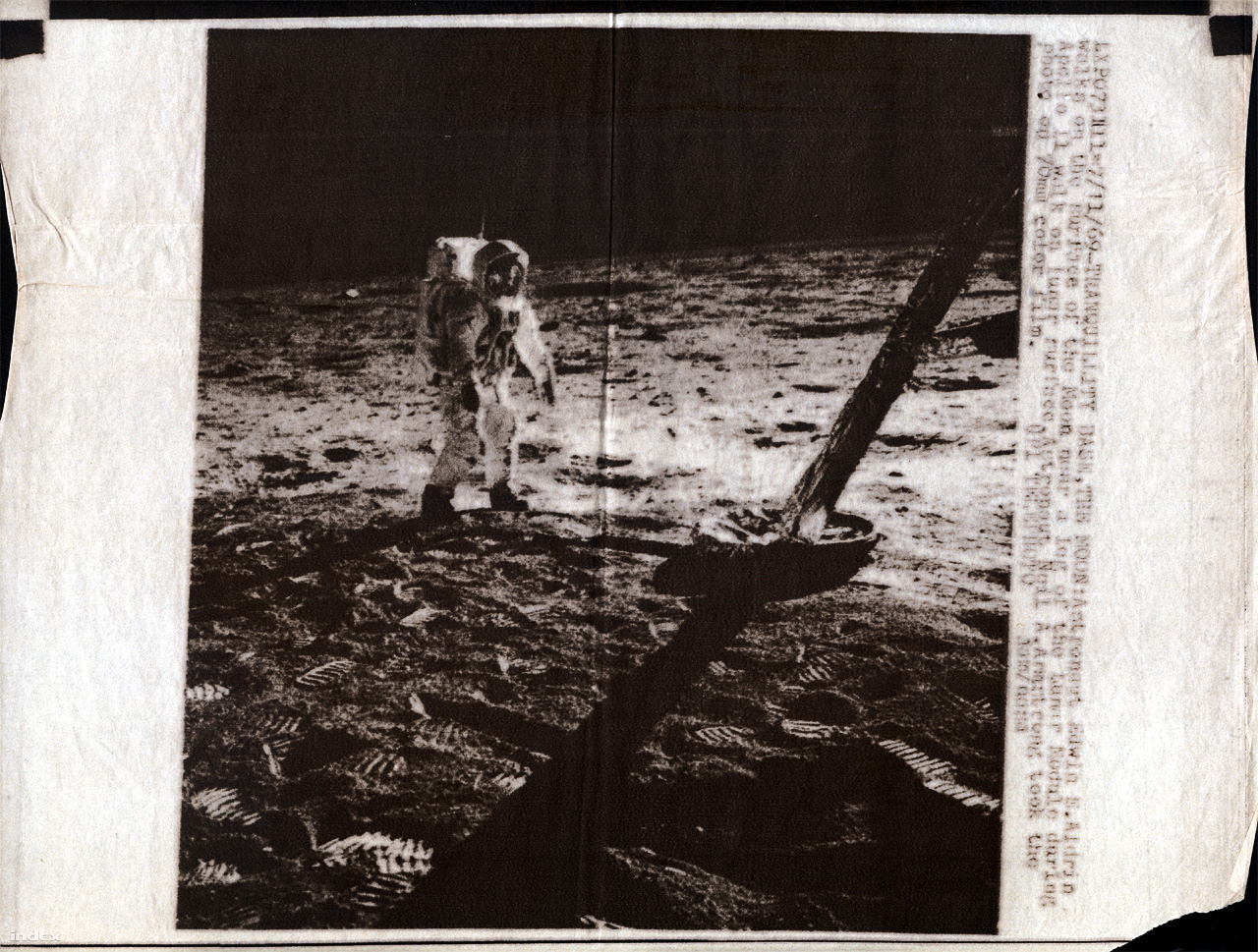 A hivatalos NASA fotók első körben ilyen formán jutottak el a magyar újságolvasókhoz: fekete-fehérben, a telex adatátviteli korlátai miatt rossz felbontásban, szemcsésen. Ha ehhez hozzávesszük a hatvanas évek végi hazai nyomdatechnika minőségét, érthetővé válik, hogy miért olyan gyenge minőségűek a lentebb következő újságoldalak fotói – pláne, hogy azok többsége a tévéközvetítésből kifotózott képkocka volt. (A fotóhoz tartozó képügynökségi infó: LXPO073111-7/11/69-TRANQUILITY BASE, THE MOON: Astronaut Edwin E. Aldrin walks on the surface of Moon near a leg of the Lunar Module daring Apollo 11 walk on lunar surface. Astronaut Neil A. Armstrong took the photo on 70 mm color film.  UPI TELEPHOTO jam/NASA.)