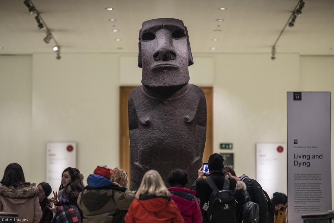 Húsvét-szigeteki kőből faragott emberfej szobor a British Museumban, amit helyiek Hoa Hakananai'a-nak, azaz lopott vagy elveszett barátnak hívnak