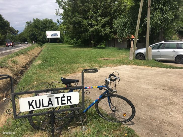 Szabadbattyán, Kula tér, bezárt vécé a kerékpáros pihenőnél (a kocsi mögött)