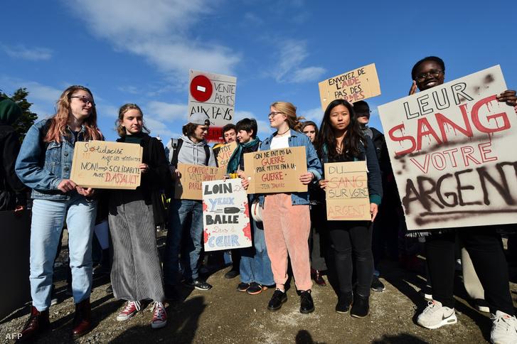 Tiltakozók a Le Havre kikötőben, akik a Bahri Yanbu teherhajó fegyverrel feltöltése ellen tüntetnek 2019. május 9-én
