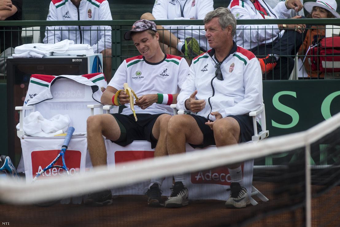 Nagy Péter (b) és Kuhárszky Zoltán szövetségi kapitány a szlovák Andrej Martin elleni tenisz Davis Kupa-mérkőzés közben Magyarország - Szlovákia találkozón a budapesti Europe Tennis Centerben (ETC) 2016. július 15-én.