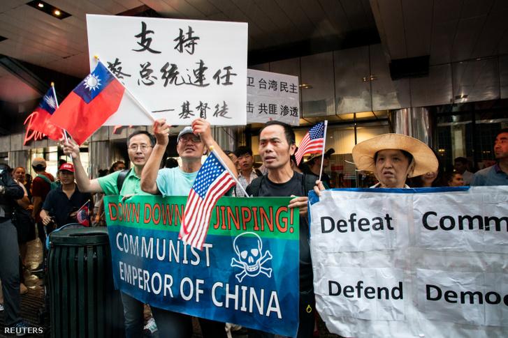 Tüntetők a New York-i Grand Hyatt hotel előtt, ahova Caj Ing-ven tajvani elnök érkezett 2019. július 11-én