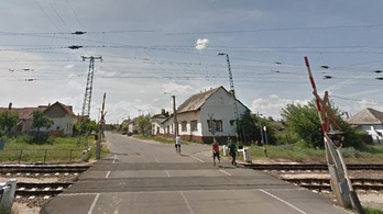 Meg akarta mutatni a kamasz, milyen bátor, lerúgta a vasúti átjáró mindkét sorompóját