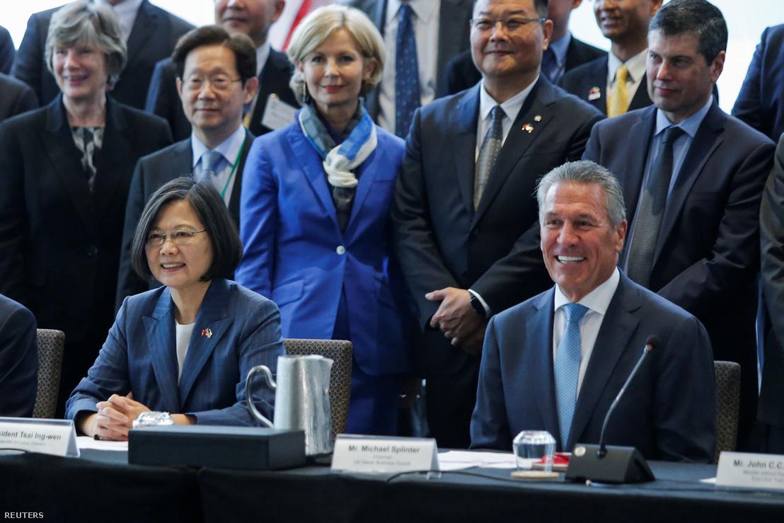 Caj Ing-ven (balra) és az Egyesült Államok tajvani üzleti tanácsának elnöke Michael Splinter a New York-i találkozójukon 2019. július 12-én