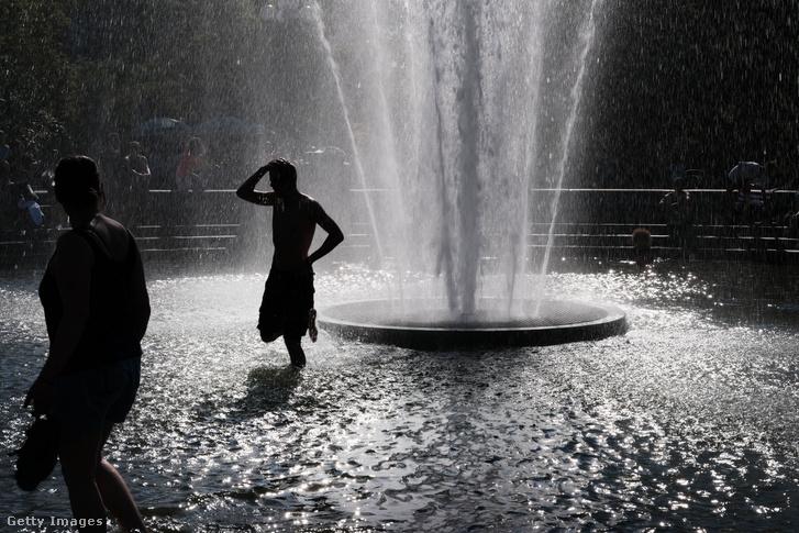 Forróságban hűsölnek a Washington Square Parkban található szökőkútban 2019. június 27-én