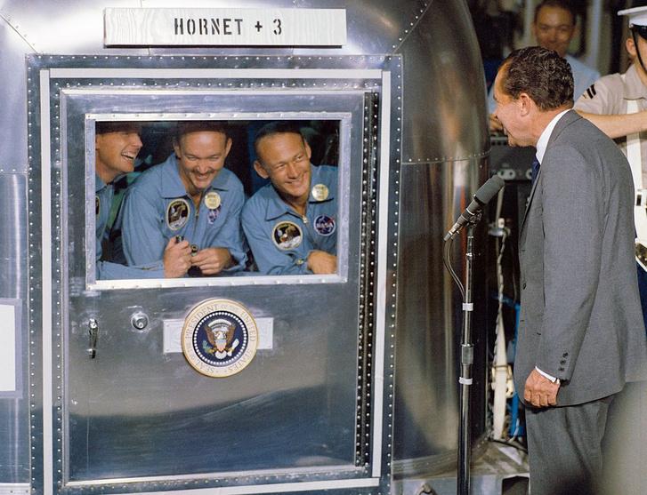Még a karanténkonténerben, Richard Nixonnal odakint