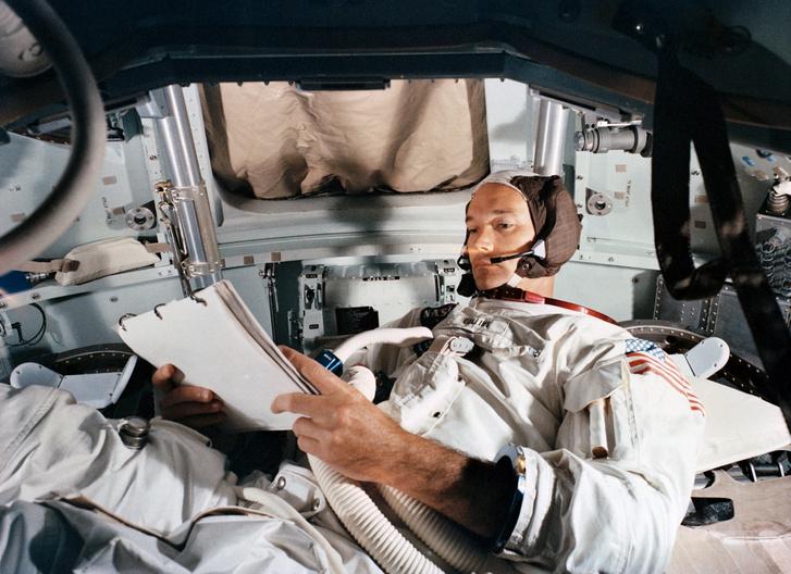 Collins egyedül a parancsnoki modulban. Itt még nem a Hold körül, hanem egy földi teszten
