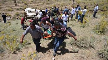 Menekültekkel zsúfolt kisbusz hajtott folyómederbe Törökországban, 17 halott