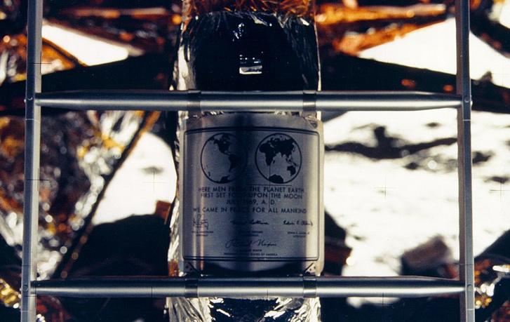 """""""Békével jöttünk az emberiség nevében"""" - áll a holdkomp leszállóegységén, azaz a Holdon maradt részén (a létrája mögött) lévő emléktáblán az üzenet"""