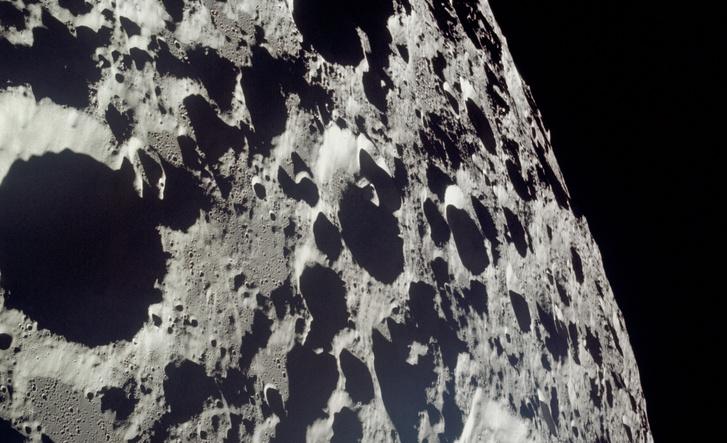 Kép a Hold nem épp barátságos oldaláról. július 21-én, a hazaút napján készült, de a távolságból ítélve ezt valószínű Armstrongék lőtték a holdkompból és nem Collins a Columbiából