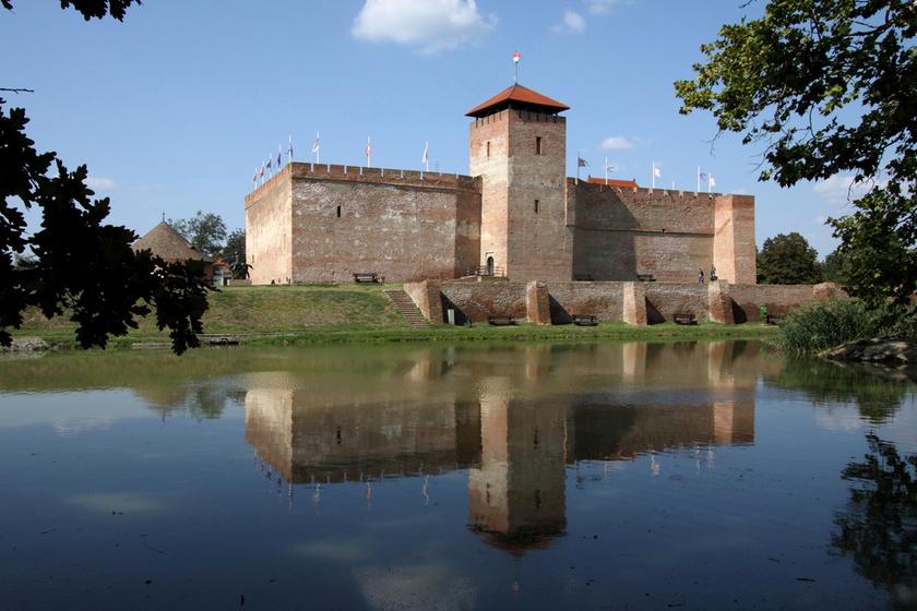 A Gyulai várat Közép-Kelet-Európa egyetlen épen maradt, síkvidéki, gótikus téglavárának is nevezik, melynek tornyából elképesztő látvány tárul a kirándulók szeme elé.